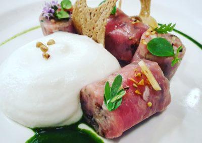 Tartare de veau : Burrata fumée : Herbes de montagne : Sarrasin